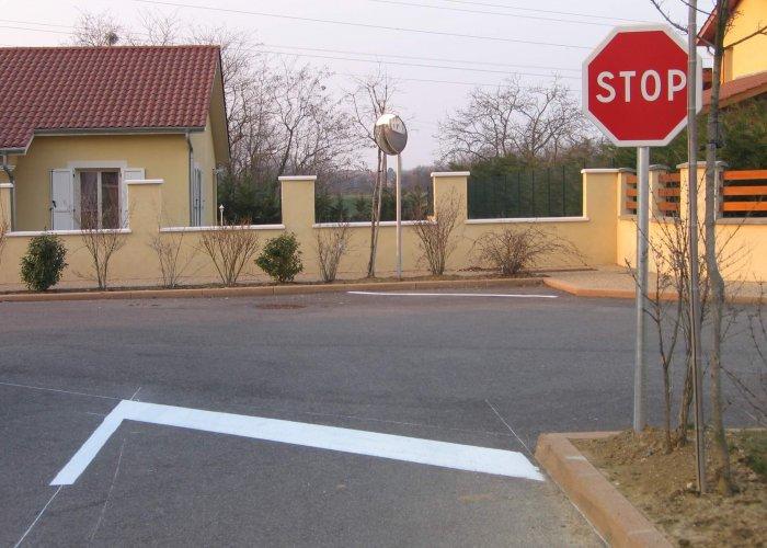 marquage sur le sol au niveau d'un stop